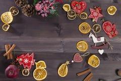 La decoración de la Navidad en el fondo de madera del vintage Plantilla de la tarjeta de felicitación del Año Nuevo Mofa del día  Imagenes de archivo