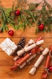 La decoración de la Navidad, las cajas de regalo y la guirnalda enmarcan el fondo Fotografía de archivo libre de regalías