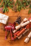 La decoración de la Navidad, las cajas de regalo y la guirnalda enmarcan el fondo Foto de archivo libre de regalías
