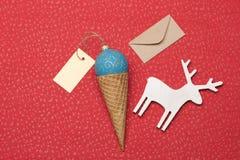 La decoración de la Navidad o del Año Nuevo en rojo texturizó el fondo Imagen de archivo libre de regalías