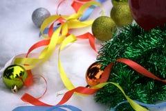 La decoración de la Navidad y del Año Nuevo es la cosa más bonita que usted puede llevar el fondo festivo de las luces de la Navi Imagen de archivo