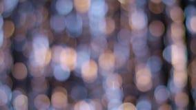 La decoración de la Navidad y del Año Nuevo, resume la guirnalda borrosa del centelleo del bokeh almacen de video