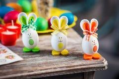 La decoración de Pascua, coloreando eggs para el eastertime en casa ¡Pascua feliz! Imagenes de archivo