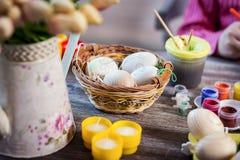 La decoración de Pascua, coloreando eggs para el eastertime en casa ¡Pascua feliz! Fotografía de archivo