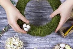 La decoración de Pascua con amarillo de la primavera florece y los huevos de codornices en viejo fondo de madera Huevos de Pascua Imagen de archivo