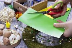 La decoración de Pascua con amarillo de la primavera florece y los huevos de codornices en viejo fondo de madera Huevos de Pascua Fotografía de archivo
