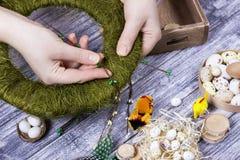 La decoración de Pascua con amarillo de la primavera florece y los huevos de codornices en viejo fondo de madera Huevos de Pascua Fotos de archivo