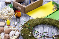La decoración de Pascua con amarillo de la primavera florece y los huevos de codornices en viejo fondo de madera Huevos de Pascua Fotografía de archivo libre de regalías