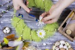 La decoración de Pascua con amarillo de la primavera florece y los huevos de codornices en viejo fondo de madera Huevos de Pascua Foto de archivo