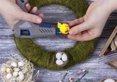La decoración de Pascua con amarillo de la primavera florece y los huevos de codornices en viejo fondo de madera Huevos de Pascua Fotos de archivo libres de regalías