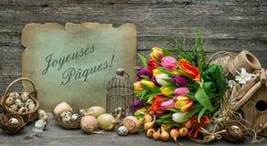 La decoración de Pascua con los huevos y el tulipán florece el vintage entonado Foto de archivo