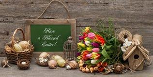 La decoración de pascua del vintage con los huevos y el tulipán florece Imagenes de archivo