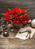 La decoración de pascua del vintage con los huevos y el tulipán rojo florece Imagenes de archivo