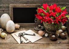 La decoración de Pascua eggs la pizarra roja del vintage de las flores del tulipán Foto de archivo libre de regalías