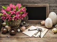 La decoración de Pascua eggs la pizarra rosada del vintage de las flores del tulipán Fotos de archivo libres de regalías