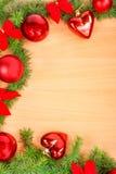La decoración del Año Nuevo con el pino o abeto y rojo adorna bolas encendido Imagenes de archivo