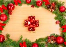 La decoración del Año Nuevo con el pino o abeto y rojo adorna bolas encendido Foto de archivo