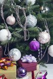 La decoración del Año Nuevo con los regalos debajo de un árbol de navidad imagen de archivo