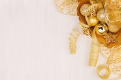 La decoración del Año Nuevo, cuenco del oro con la Navidad protagoniza, las bolas, cintas en el tablero de madera blanco, visión  Imagen de archivo
