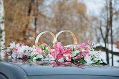 La decoración del coche de la boda florece el ramo Fotografía de archivo libre de regalías