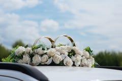 La decoración del coche de la boda florece el ramo Fotografía de archivo