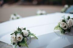 La decoración del coche de la boda florece el ramo Imagen de archivo libre de regalías
