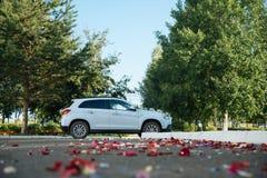 La decoración del coche de la boda florece el ramo Foto de archivo libre de regalías