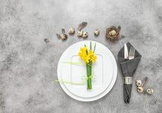La decoración del cubierto de la vida de Pascua todavía eggs las flores Fotos de archivo