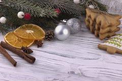 La decoración del día de fiesta del Año Nuevo de Navidad de la Navidad con el abeto natural secado de los conos del canela del an Imagenes de archivo
