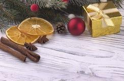 La decoración del día de fiesta del Año Nuevo de Navidad de la Navidad con el abeto natural secado de los conos del canela del an Imagen de archivo libre de regalías