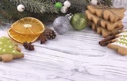 La decoración del día de fiesta del Año Nuevo de Navidad de la Navidad con el abeto natural secado de los conos del canela del an Fotos de archivo libres de regalías