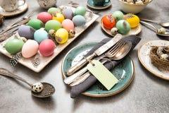 La decoración del lugar de la tabla de vida de Pascua todavía coloreó los huevos Fotos de archivo