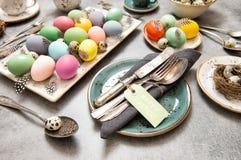 La decoración del lugar de la tabla de vida de Pascua todavía coloreó los huevos Imagen de archivo