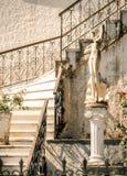 La decoración del patio de una casa griega con los pasos de mármol y una estatua en la isla de Kefalonia, Grecia imágenes de archivo libres de regalías