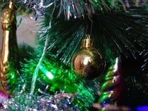 La decoración en el árbol de navidad Imágenes de archivo libres de regalías