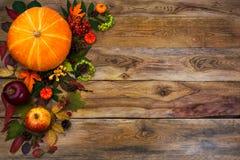 La decoración feliz de la acción de gracias con caída se va en fondo de madera imagen de archivo libre de regalías