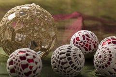 La decoración hermosa de la Navidad, con knitten bolas de Navidad Imagenes de archivo