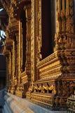 La decoración hermosa de la ventana del oro en wat samien el templo de Bangkok Tailandia del nari imágenes de archivo libres de regalías