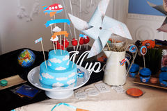 La decoración hermosa del cumpleaños de la torta de la masilla adornó a niños de las nubes del cielo de los aviones de los piloto Imagen de archivo libre de regalías
