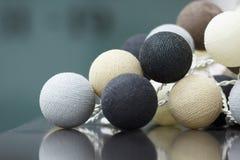 La decoración interior del neutral coloreó bolas hechas punto Imagen de archivo