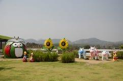 La decoración muchas muñecas en el jardín para la gente de los viajeros toma la foto Imagen de archivo libre de regalías