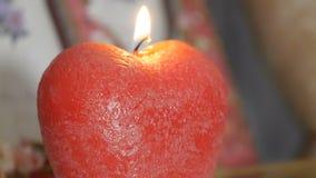 la decoración Panorama de una vela ardiente bajo la forma de manzana almacen de video