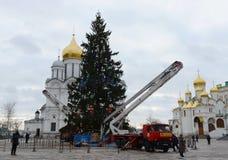 La decoración principal del árbol de navidad totalmente ruso en el cuadrado de la catedral del Kremlin Imagenes de archivo