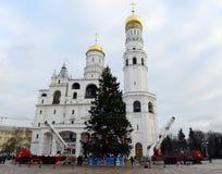 La decoración principal del árbol de navidad totalmente ruso en el cuadrado de la catedral del Kremlin Imagen de archivo libre de regalías