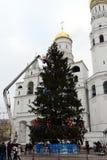 La decoración principal del árbol de navidad totalmente ruso en el cuadrado de la catedral del Kremlin Foto de archivo