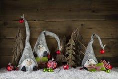 La decoración rústica de la Navidad en estilo rural con el gnom tiene gusto sant Fotos de archivo libres de regalías