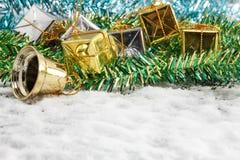 la decoración y la nieve de la Navidad del foco selectivo falsifican en la parte posterior de madera Imagen de archivo libre de regalías