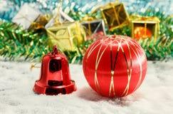 la decoración y la nieve de la Navidad del foco selectivo falsifican en la parte posterior de madera Foto de archivo libre de regalías