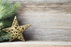 La decoración de la Navidad con el abeto ramifica en el fondo de madera Fotos de archivo