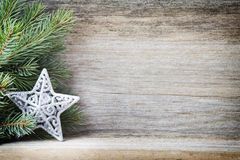 La decoración de la Navidad con el abeto ramifica en el fondo de madera Fotos de archivo libres de regalías